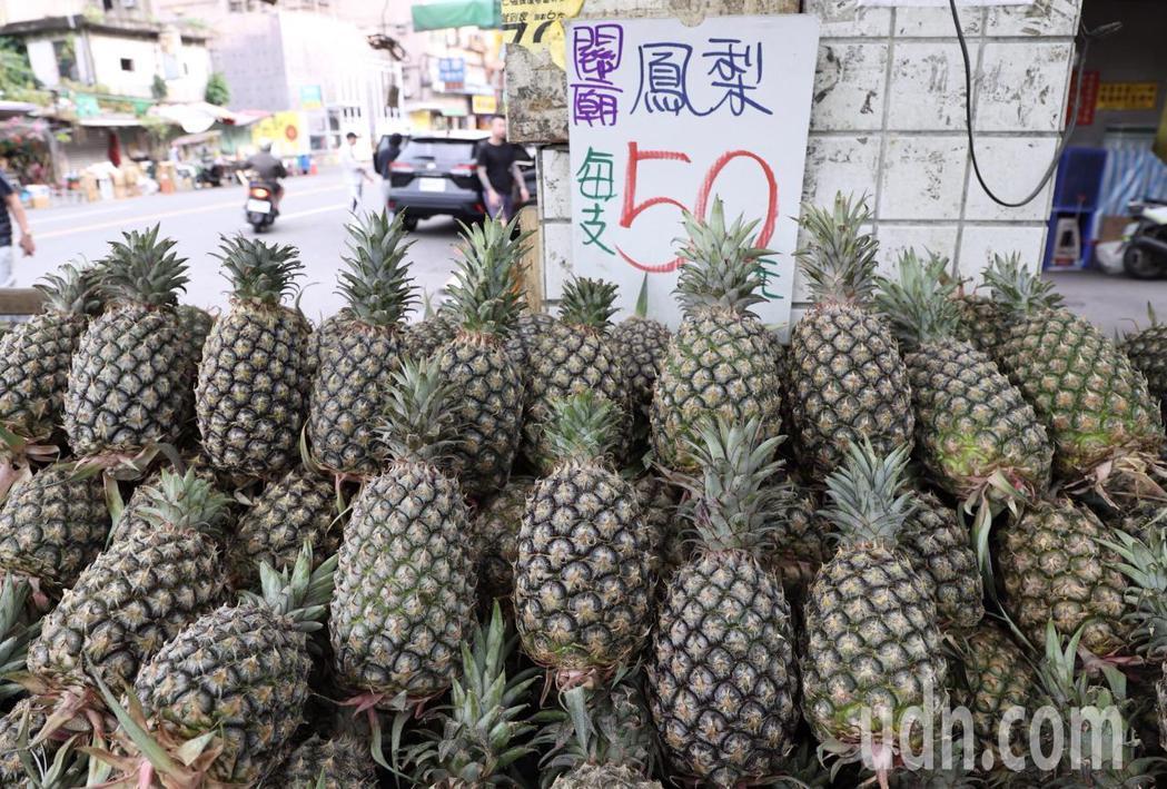 鳳梨價格已經比過年前低。記者黃義書/攝影