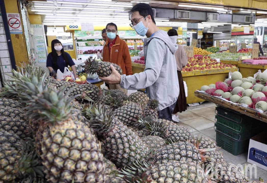 民眾順手拿了一顆鳳梨就去結帳。記者黃義書/攝影