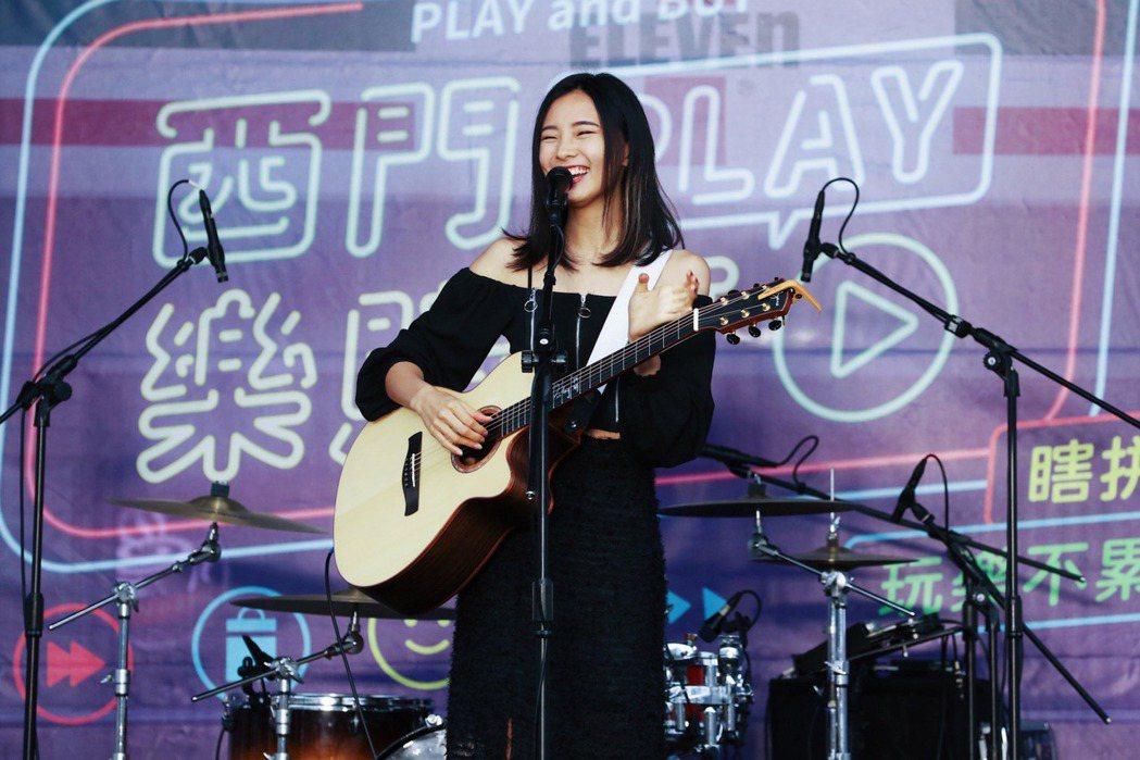 陳忻玥在台上自彈自唱。圖/台北市商業處提供
