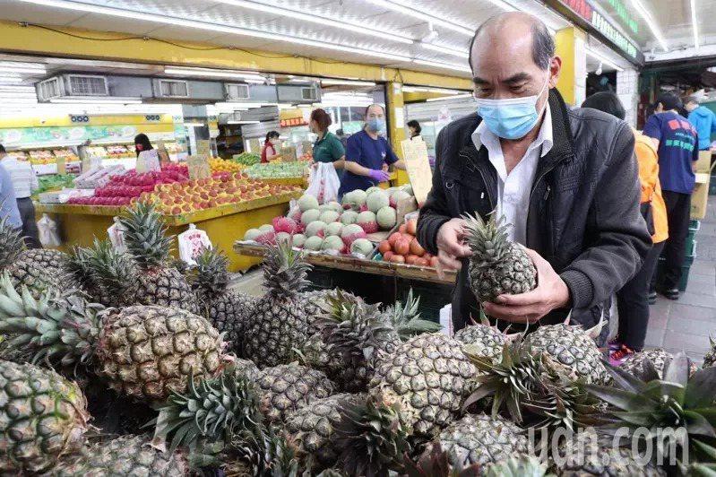 民眾可以透過敲鳳梨,以聲音判斷鳳梨熟度。記者黃義書/攝影