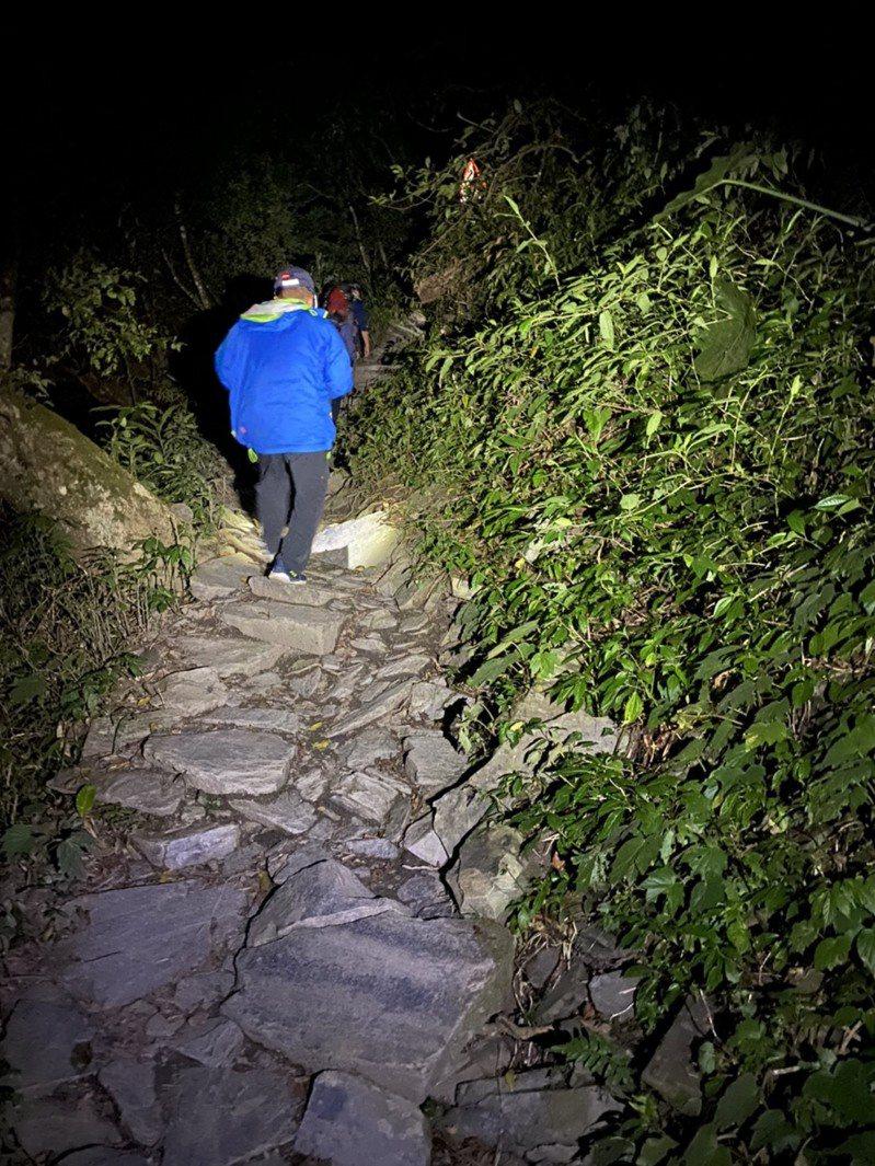昨天晚間一對情侶單登北大武山,晚間下山腳扭到,請求消防局救援,消防局派14人漏夜護送兩人下山。記者劉星君/翻攝