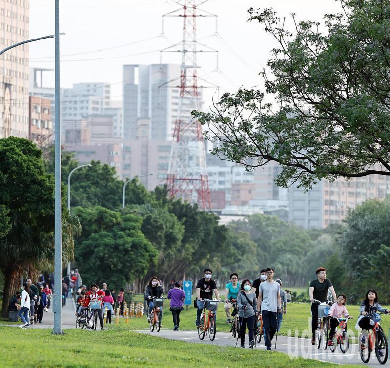 今天台灣吹微弱的偏南風,北部空氣品質轉差,西半部部分測站的空汙達到對敏感族群有害等級,收假日仍有大批民眾沿著綠意盎然河濱公園騎乘單車、跑步、健走,但空氣仍顯汙濁。記者侯永全/攝影