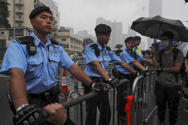 香港47名民主派人士遭港警以「串謀顛覆國家政權罪」起訴,1日在西九龍裁判法院審訊,數百民支持者1日在法院外旁聽聲援。(圖/取自海外網)