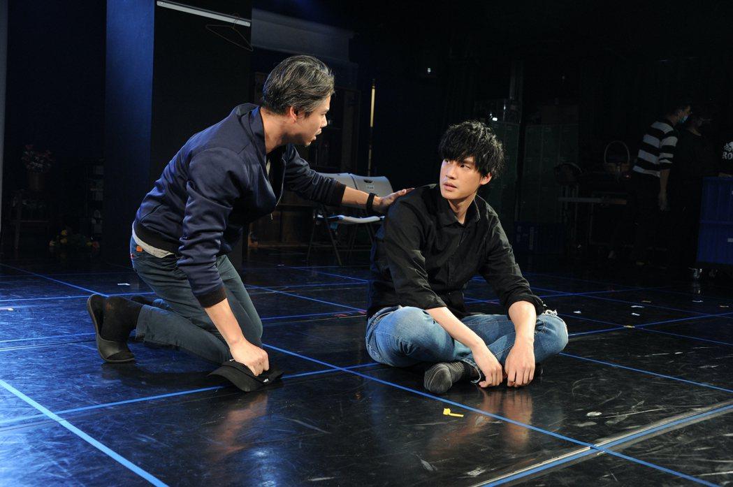 吳定謙(左)與羅宏正為舞台劇「暫時停止青春」如火如荼排練中。圖/故事工廠提供