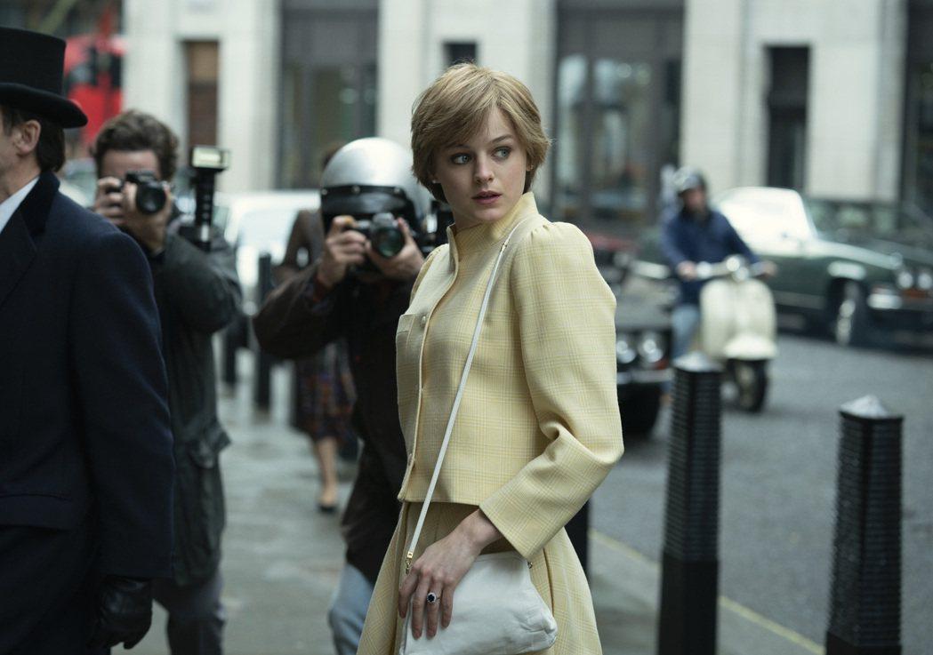 艾瑪柯林在「王冠」飾演黛安娜王妃。圖/摘自Netflix