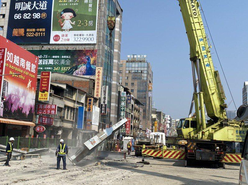 高雄市政府昨表示,中博高架橋目前拆橋進度略有超前,昨天已達38%。圖/高雄市政府提供