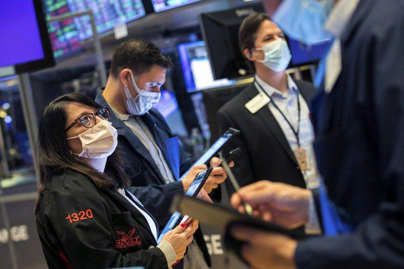 道瓊指數1日早盤大漲逾400點,美債殖利率回跌,解除投資人擔憂。  美聯社