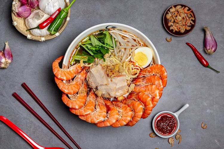 Mamak檔新推出「檳城有夠蝦麵」,每碗330元。圖/Mamak檔提供