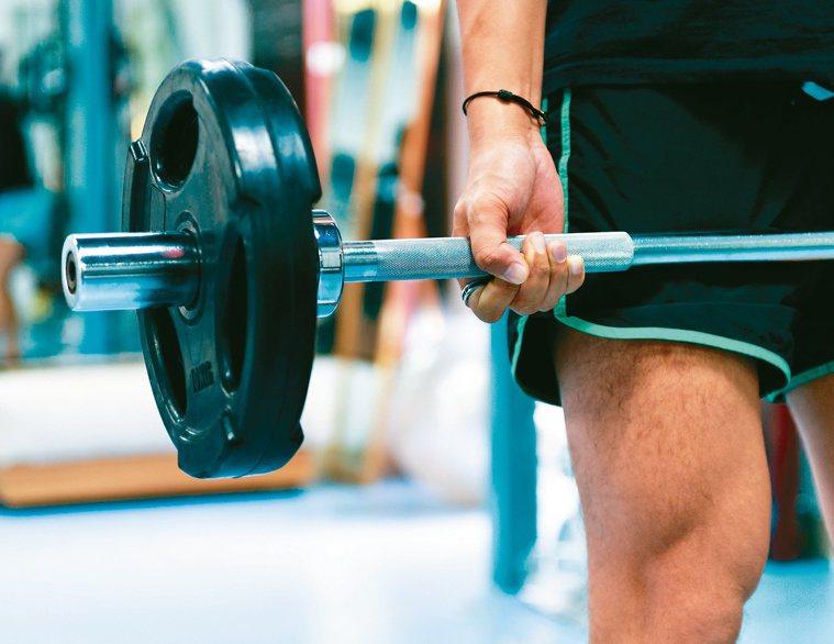 重訓每個人的重量承擔力不同,先找專業教練評估,循序漸進。圖/123RF