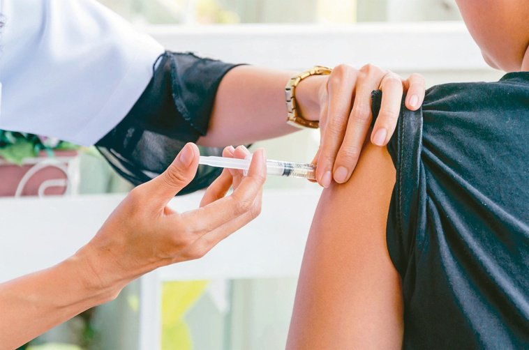 B肝疫苗接種幾年後,約幾成的人抗體消失,假如遇到B型肝炎感染,將自行產生抗體,不...
