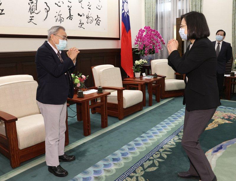總統蔡英文在總統府接見八大工商團體理事長,與中華民國全國工業總會理事長王文淵(左)拱手致意。中央社