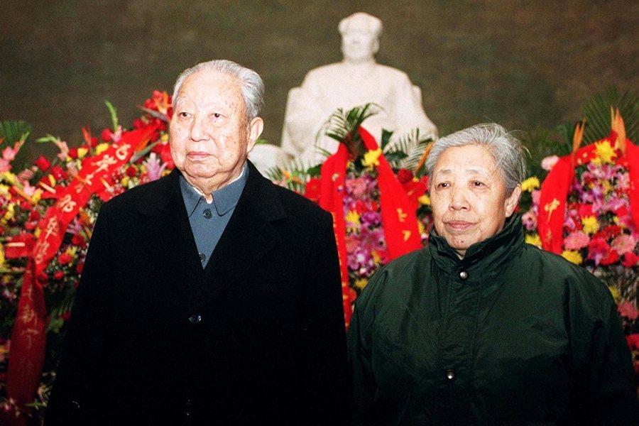 圖為2002年,華國鋒紀念毛澤東109周年誕辰,與夫人獻花致敬。 圖/中新社