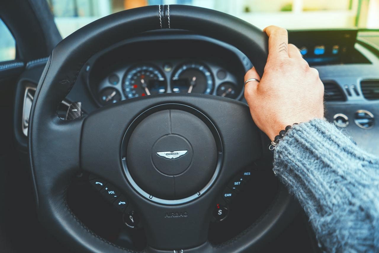 若用路人未保持行車安全距離與注意車前狀態時,容易發生交通事故,成為交通安全的「隱...