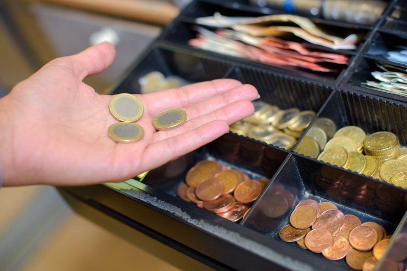一名網友在找錢時收到客人給的10元硬幣,但該枚硬幣卻不是一般常見造型,某次甚至被店家拒收。示意圖/ingimage