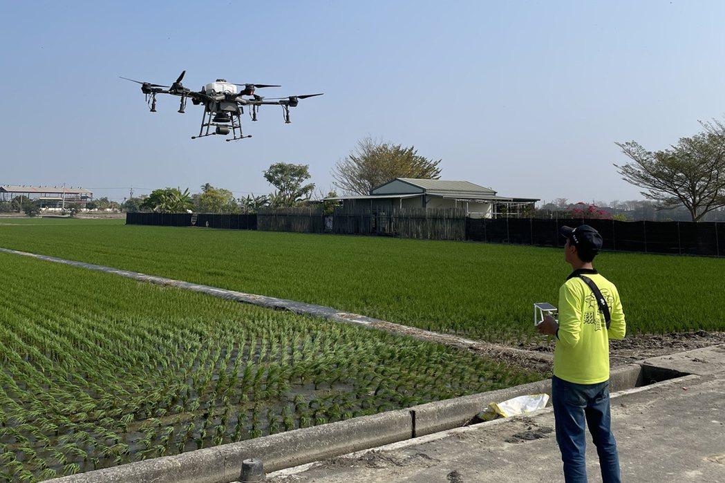 水資源吃緊,整條稻米產業鏈都難逃一劫。由於農藥代噴不在停灌補助範圍,陳俊欽只得想...