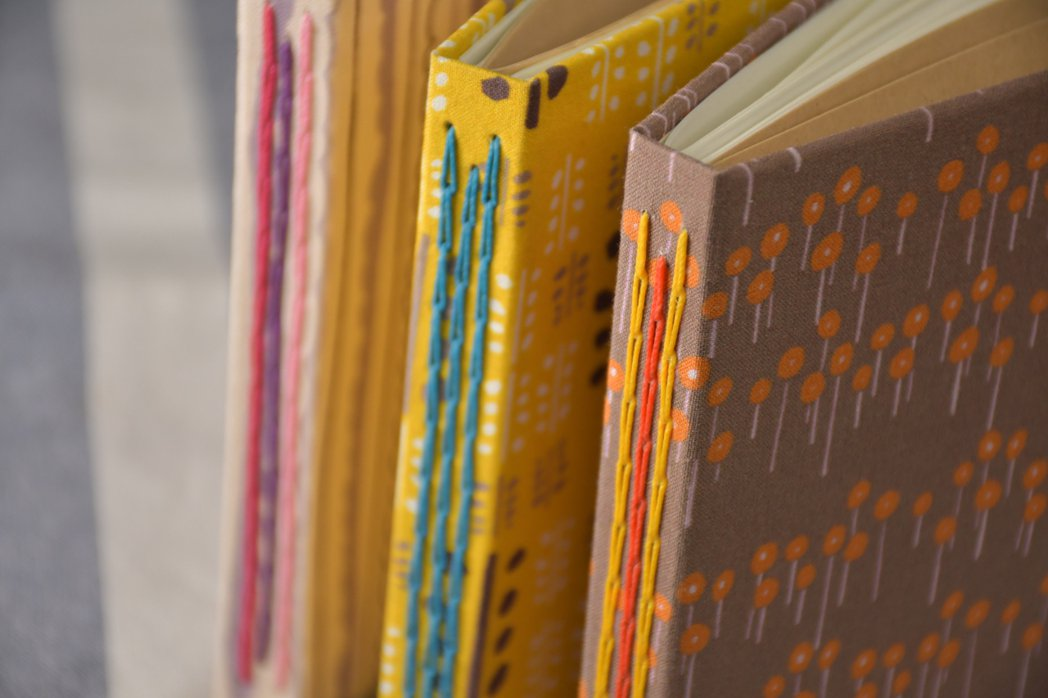 「來本冊子」運用本島舍印花布作為封面,與大家一起手縫筆記本。 圖/Everyth...
