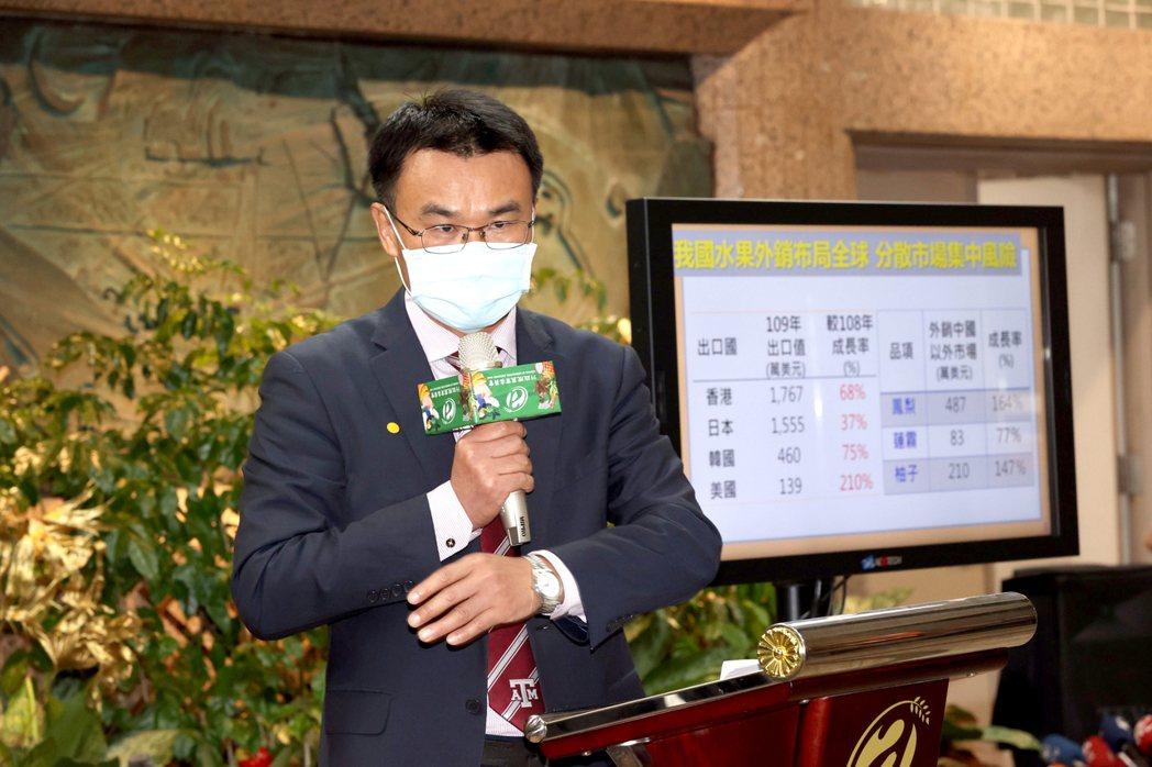 農委會主委陳吉仲表示,國人消費支持鳳梨,就快追平遭大陸退訂的數量,還在增加中。記...