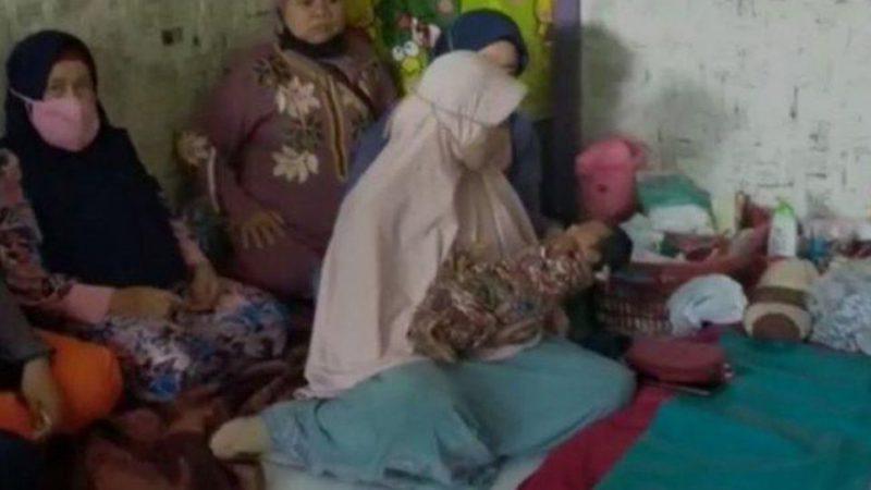 印尼女子稱「風吹進子宮」懷孕產女,但前夫出面打臉此說法。圖擷自Coconuts  Jakarta