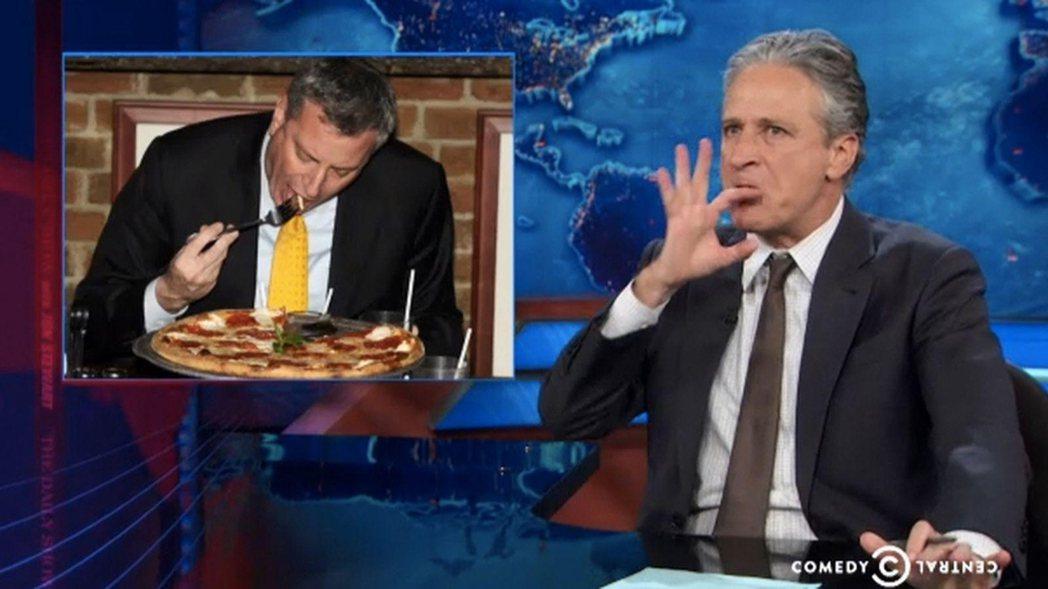因「披薩門風波」而被脫口秀名嘴嘲笑的紐約市長白思豪。古莫與白思豪長期政治不和、為...
