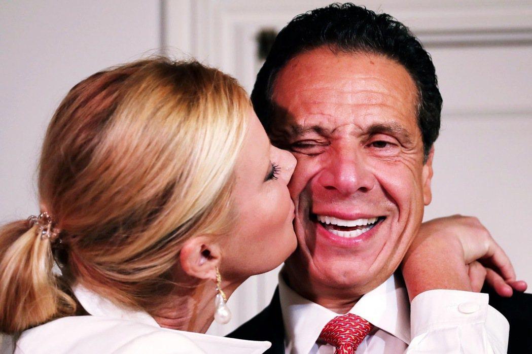 圖中親吻古莫的人是古莫的前女友 Sandra Lee ,是一名電視主廚兼作家。 ...