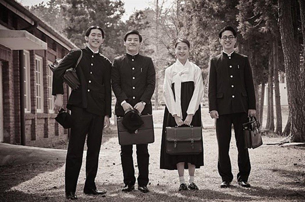 此為電影劇照,由右而左依序為表哥宋夢圭(朴正民飾)、電影中的女主角李汝珍(申允珠...