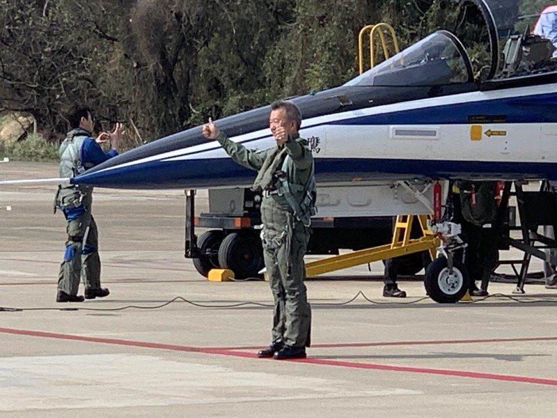 漢翔公司今天上午由董事長胡開宏同乘「勇鷹」新式高教機,空軍測評隊今起進駐漢翔,展開高教機下一階段戰術測評。記者洪哲政/攝影