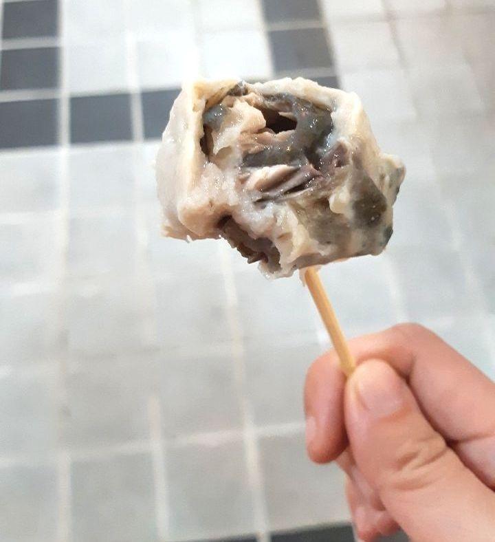 誠泉魚丸舖的獲獎商品「魚皮丸」,一口咬下吃得到也看的到真材實料且厚實的虱目魚皮。...