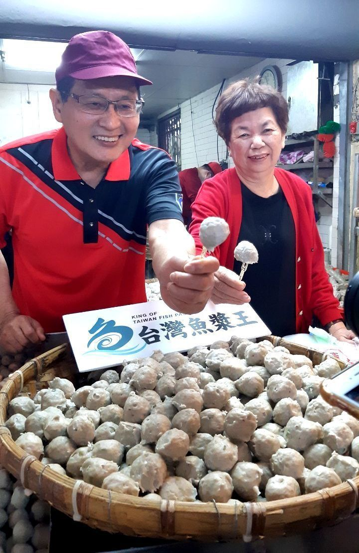 「伍興虱目魚丸」老闆林弘炳(左)與嫂嫂(右),一家人攜手共同經營已傳承60年的在...