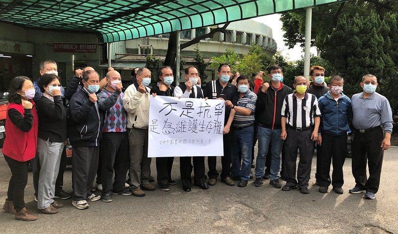 台中市家畜肉類商業同業公會全體理監事,共同為會員權利出聲。 蔣佳璘/攝影