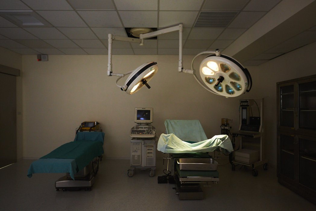 翔聲國際醫療實景棚搭建出包含病床、手術台等設備。 文策院/提供