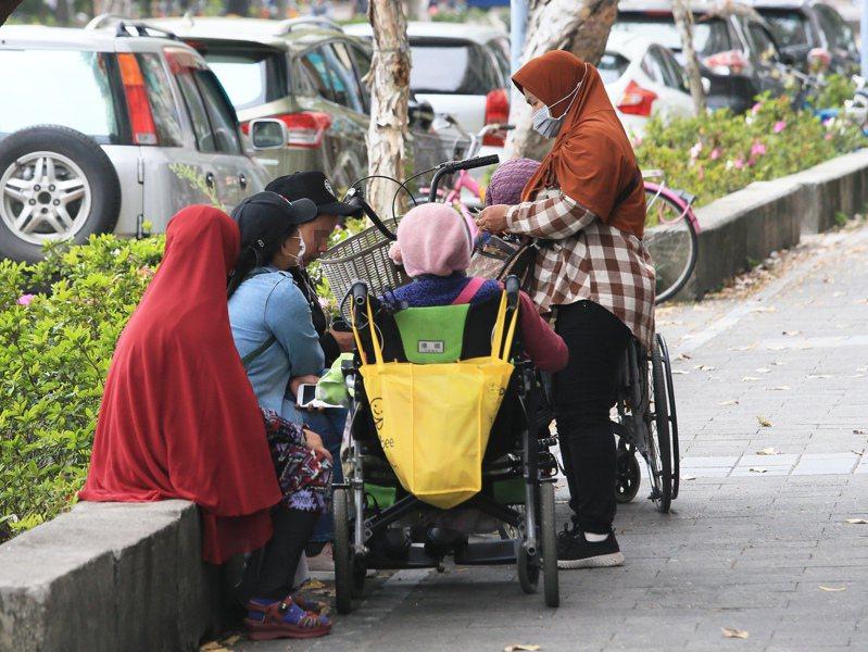 圖為街頭的看護移工示意圖。記者潘俊宏攝影/報系資料照
