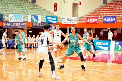 台灣首部女子高中籃球隊連續劇「女孩上場」22日將播出,別於以往運動題材由演員出演,「女孩上場」從百名球員裡海選出18名素人,接受每週2次且歷時3個月的表演課磨出演技。全劇由曾參與「台北歌手」、「白蟻...