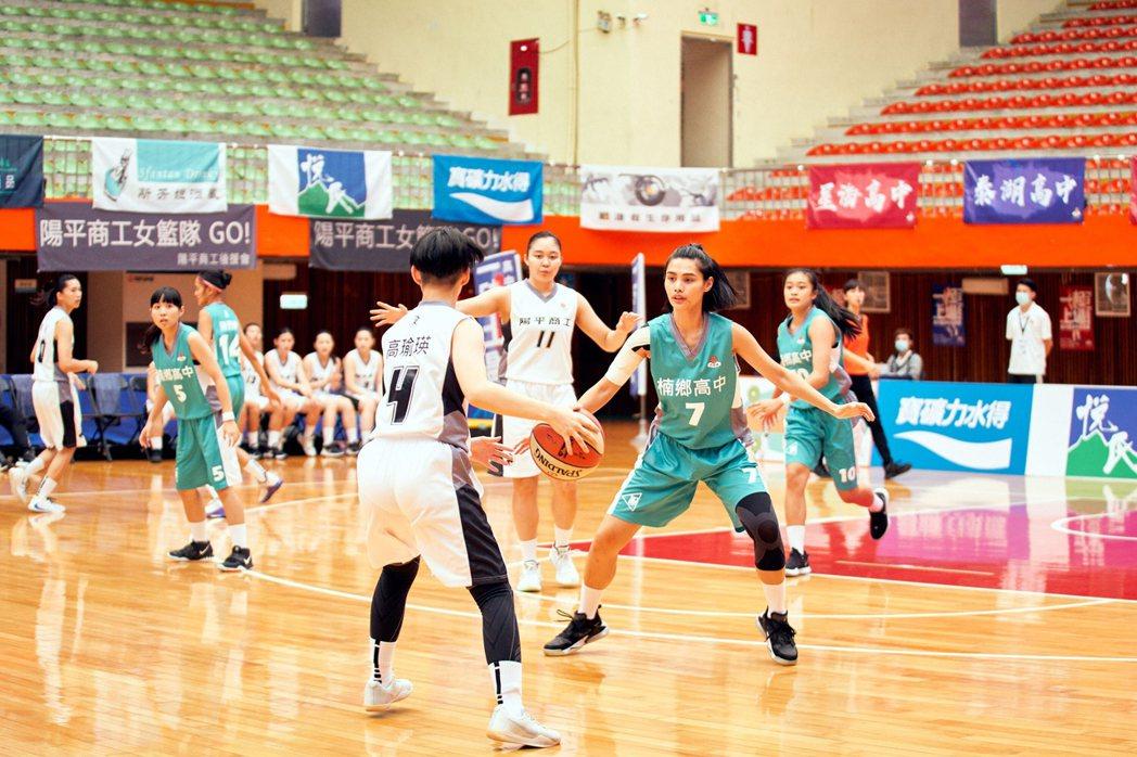 台灣首部女子高中籃球隊連續劇「女孩上場」,從百名球員裡海選出18名素人,並替素人