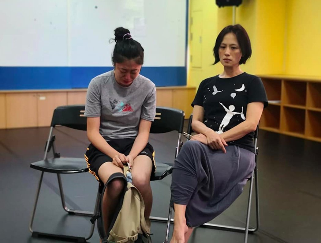 台灣首部女子高中籃球隊連續劇「女孩上場」邀請金鐘影后黃采儀(右)擔任表演指導,替...