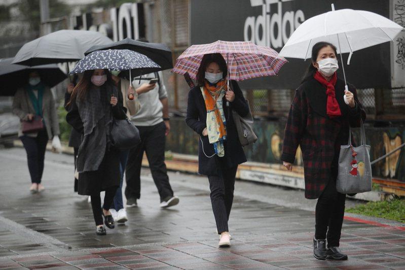 氣象局2日晚間7時20分發布大雨特報,東北季風影響,基隆北海岸及台北市山區有局部大雨發生的機率,大雨特報地區包含台北市、新北市、基隆市。中央社