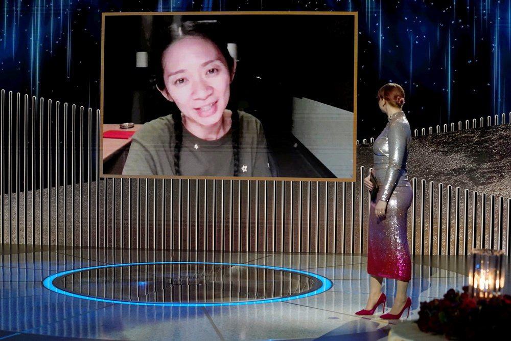 本屆金球獎最佳導演趙婷,並未刻意為典禮盛裝打扮,是史上第二位獲金球獎的華人導演與