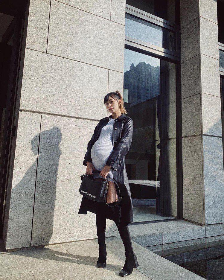 簡廷芮懷孕時挺巨肚,裝扮依然超辣。圖/摘自臉書