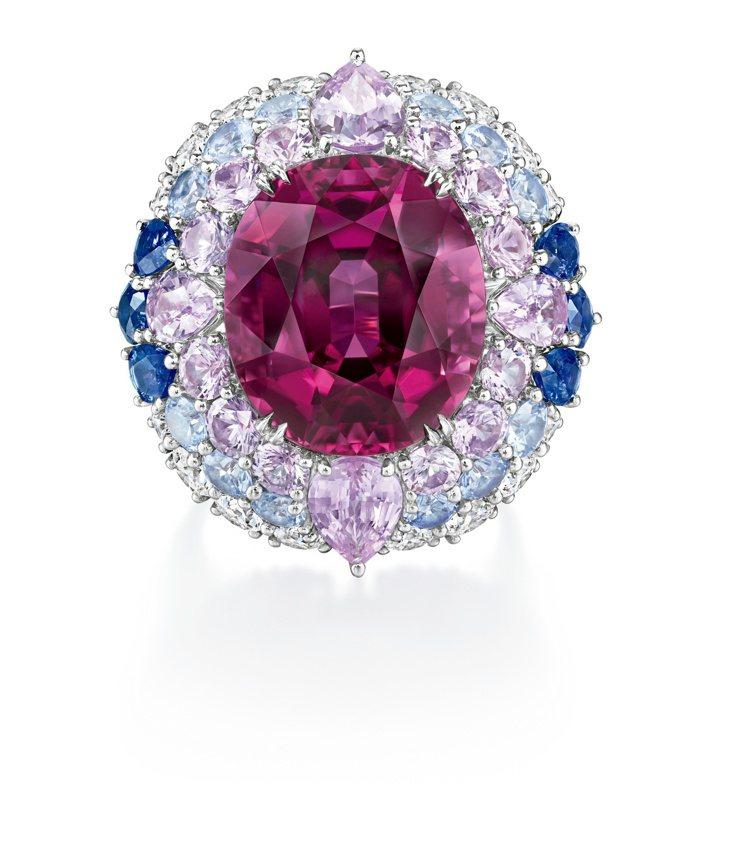 莎瑪海耶克(Salma Hayek)手上的Winston Candy戒指,主石為...