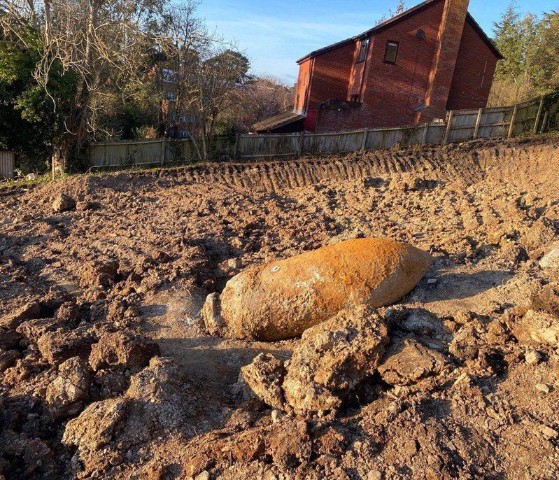 这枚长2.5公尺、宽70公分的未爆弹是由建筑商26日在西南部城市艾希特的格伦索恩路发现。图/Twitter/@DC_Police(photo:UDN)
