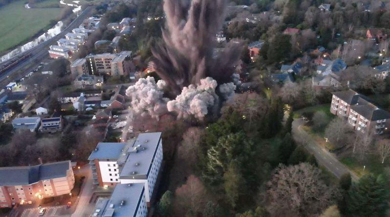 英國一處城市近日發現一枚炸彈,疑為二戰時期遺留下來的未爆彈,警方隨後將附近的學生與民眾疏散後,設下400公尺的警戒線,並引爆炸彈,只見爆炸現場聲音震耳欲聾、黑煙直衝天際。圖/Twitter/@DC_Police