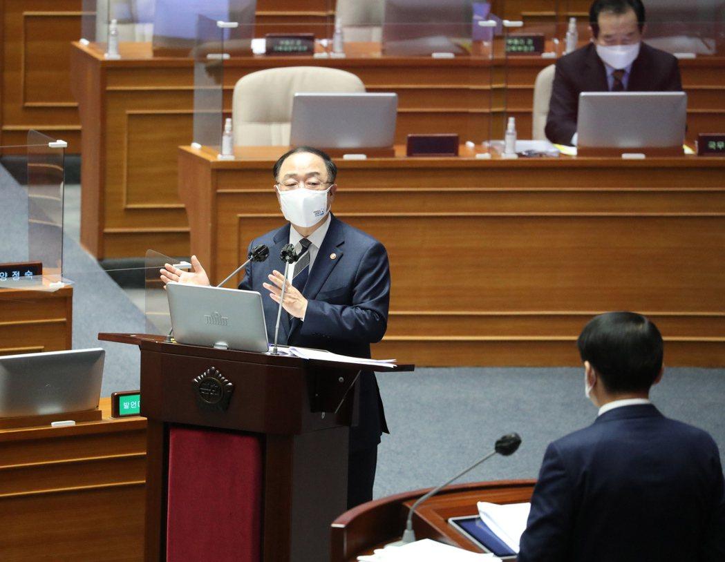 南韓政府計劃發債88億美元支應追加預算,協助疫情下受創企業和勞工。圖為南韓財長洪...