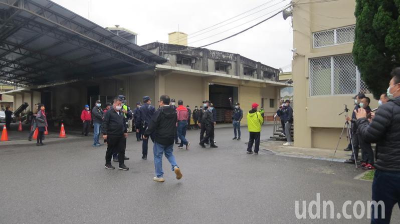 苗栗市農會改選緊繃,警方嚴陣以待。記者范榮達/攝影