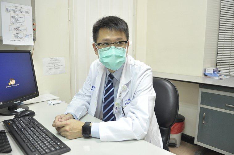 萬芳醫院心臟血管內科主治醫師葉仲軒提醒,有高血壓史的民眾應多注意保暖。圖/萬芳醫...