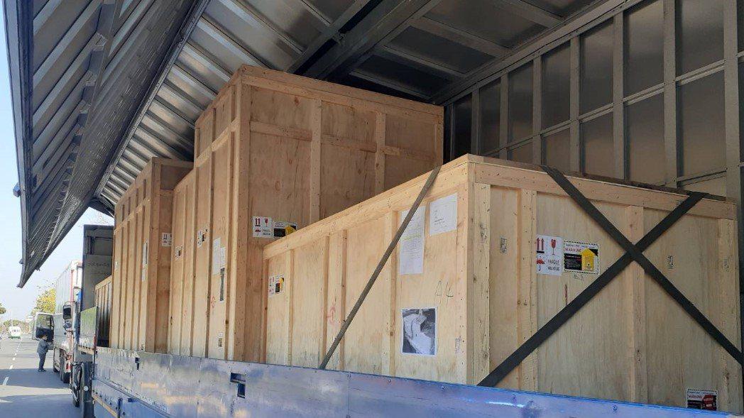 設備提領時所安排歐翼氣墊車運送至桃園機場。業者提供