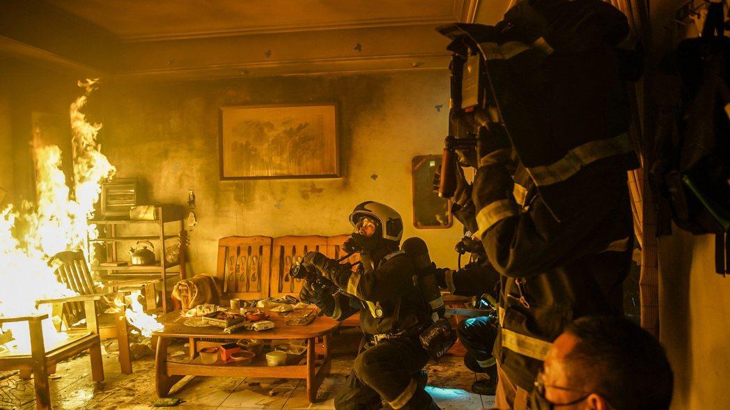 溫昇豪在「火神的眼淚」中出入火場。圖/公視提供