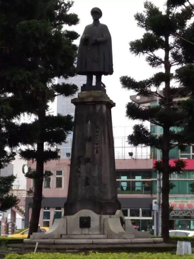 備受爭議基隆圓環蔣介石銅像明拆,蔡丁貴曾率眾爆衝突。圖/報系資料照片