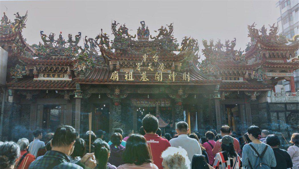 台中市各大廟宇也吸引許多遊客參拜,人潮絡繹不絕。圖/中市府觀旅局提供
