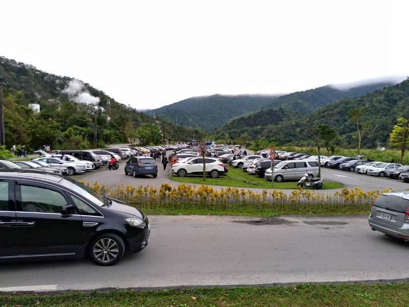 宜蘭清水地熱遊憩區很受歡迎,228連假破天荒在還沒開園前,停車場就被停滿,啟動總量管制。圖/縣府提供