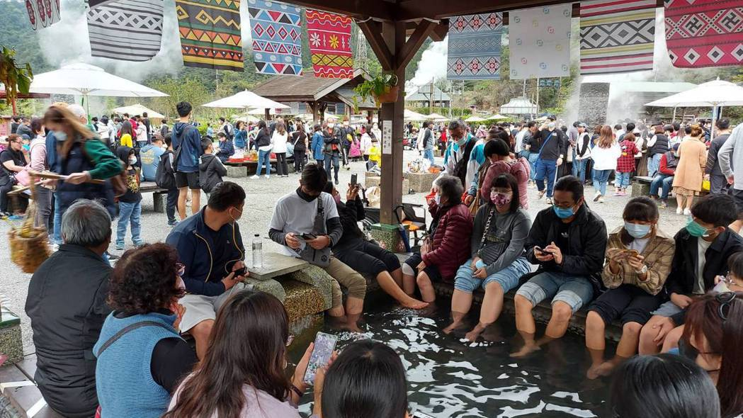 宜蘭清水地熱遊憩區很受歡迎,228連假時園區滿滿遊客,而且破天荒在還沒開園前,停...
