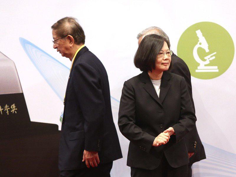 中研院前院長李遠哲(左)早在兩個多月前就連署藻礁公投,他與總統蔡英文(右)近年也陷入冰點。圖/聯合報系資料照片